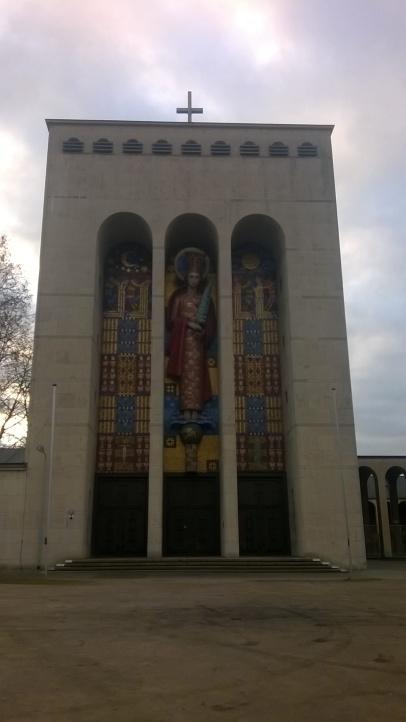 moderne-kirche-mit-monumentalem-frontturm-frauenfriedenskirche-bockenheim