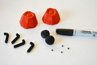 basteln-mit-eierschachteln-materialien-edding-pfeifenputzer-beine-insekten-frühling