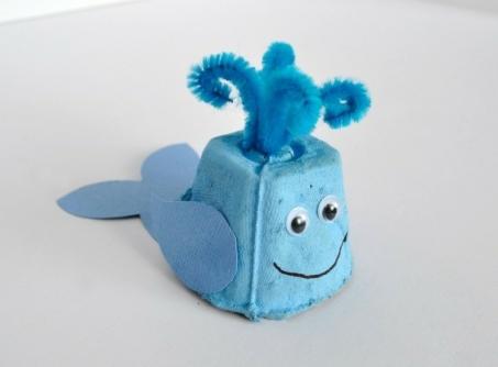 basteln-mit-eierschachteln-wal-hellblau-einfach-becher-papier